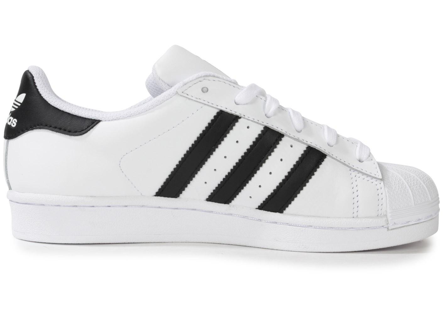 Découvrez tous les styles de chaussure adidas noir et blanche pour hommes,  femmes et enfants dans une gamme de tailles et de styles. 15285bc3a904