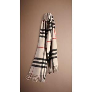 Découvrez tous les styles de imitation echarpe burberry pas cher pour  hommes, femmes et enfants dans une gamme de tailles et de styles. efe90f0a27a